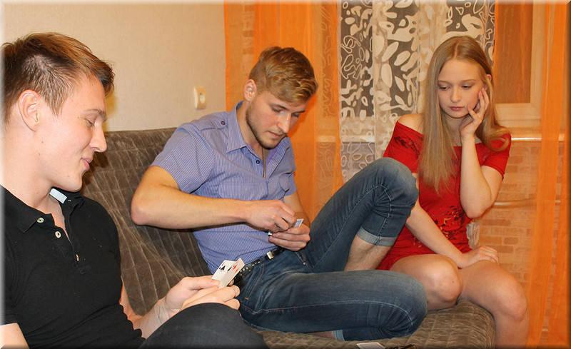 парень проиграл в карты девку другу