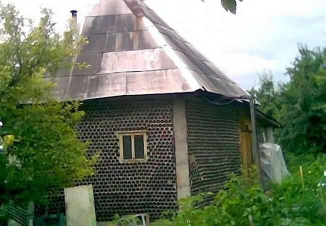 Dom zbudowany z butelek 2
