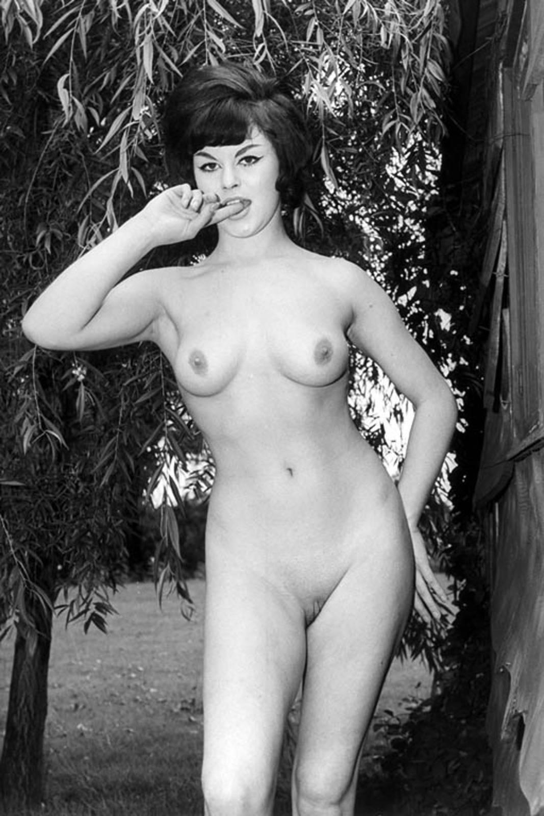 Черно белое эро фото девушек с небритым лобком 10 фотография